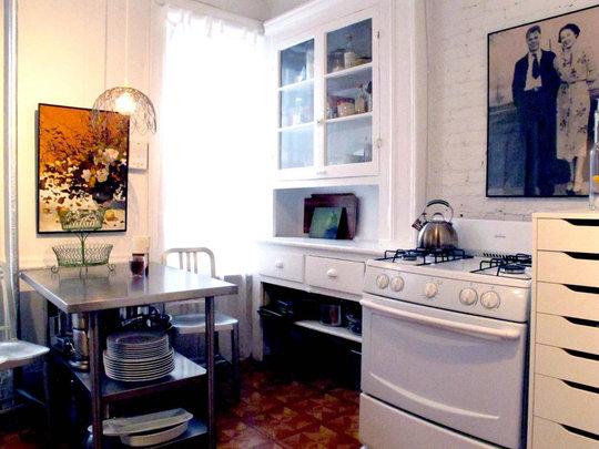 Фотография: Кухня и столовая в стиле Прованс и Кантри, Малогабаритная квартира, Квартира, Цвет в интерьере, Дома и квартиры, Стены, Нью-Йорк, Системы хранения, Квартиры – фото на InMyRoom.ru