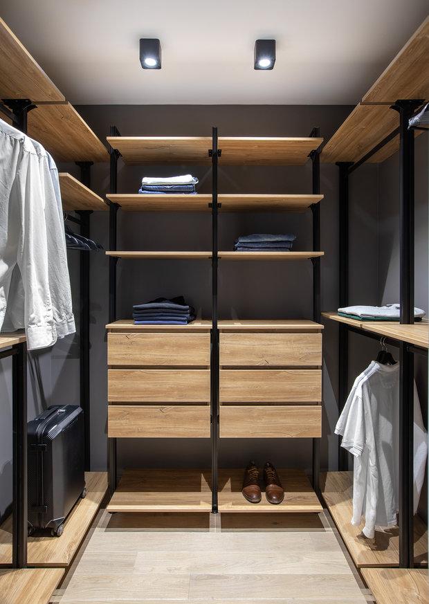 В спальне гардеробная изготовлена на заказ: металлический каркас и воздушные полки. Это увеличило стоимость проекта.