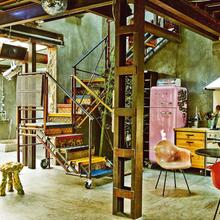 Фотография: Кухня и столовая в стиле Лофт, Дома и квартиры, Интерьеры звезд, Индустриальный – фото на InMyRoom.ru