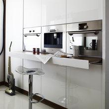 Фотография: Кухня и столовая в стиле Хай-тек, Квартира, Цвет в интерьере, Дома и квартиры, Белый, Минимализм – фото на InMyRoom.ru
