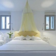 Фотография: Спальня в стиле Кантри, Дом, Цвет в интерьере, Дома и квартиры, Белый, Бассейн, Оранжевый, Балдахин – фото на InMyRoom.ru