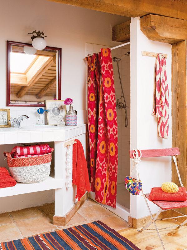 Фотография: Ванная в стиле Прованс и Кантри, Декор интерьера, Дом, Аксессуары, Красный – фото на InMyRoom.ru