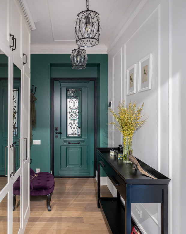 Дверь выполнена в том же цвете, что и стены, поэтому входная зона смотрится единым пространством.