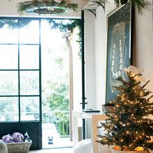 Фотография: Прихожая в стиле Скандинавский, Декор интерьера, Праздник, Камин, Новый Год, Свечи – фото на InMyRoom.ru