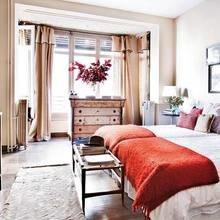 Фотография: Спальня в стиле Кантри, Декор интерьера, Декор, Праздник, Новый Год, Свечи, Зеркало, Гирлянда – фото на InMyRoom.ru