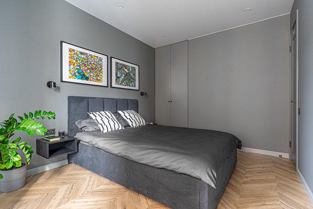 Плинтусы по всей квартире выкрашены краской на тон светлее, чем стены, — так основной цвет стен выглядит еще графичнее.