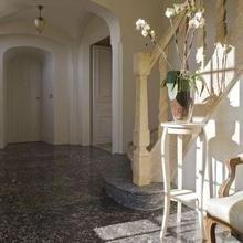 Фотография: Прихожая в стиле Кантри, Дом, Дома и квартиры, Лестница, Диван, Балки, Пол – фото на InMyRoom.ru