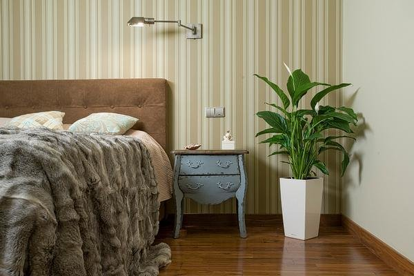 Фотография: Спальня в стиле Прованс и Кантри, Декор интерьера, Мебель и свет, Советы, Белый, как оформить пустой угол, пустой угол в квартире – фото на InMyRoom.ru