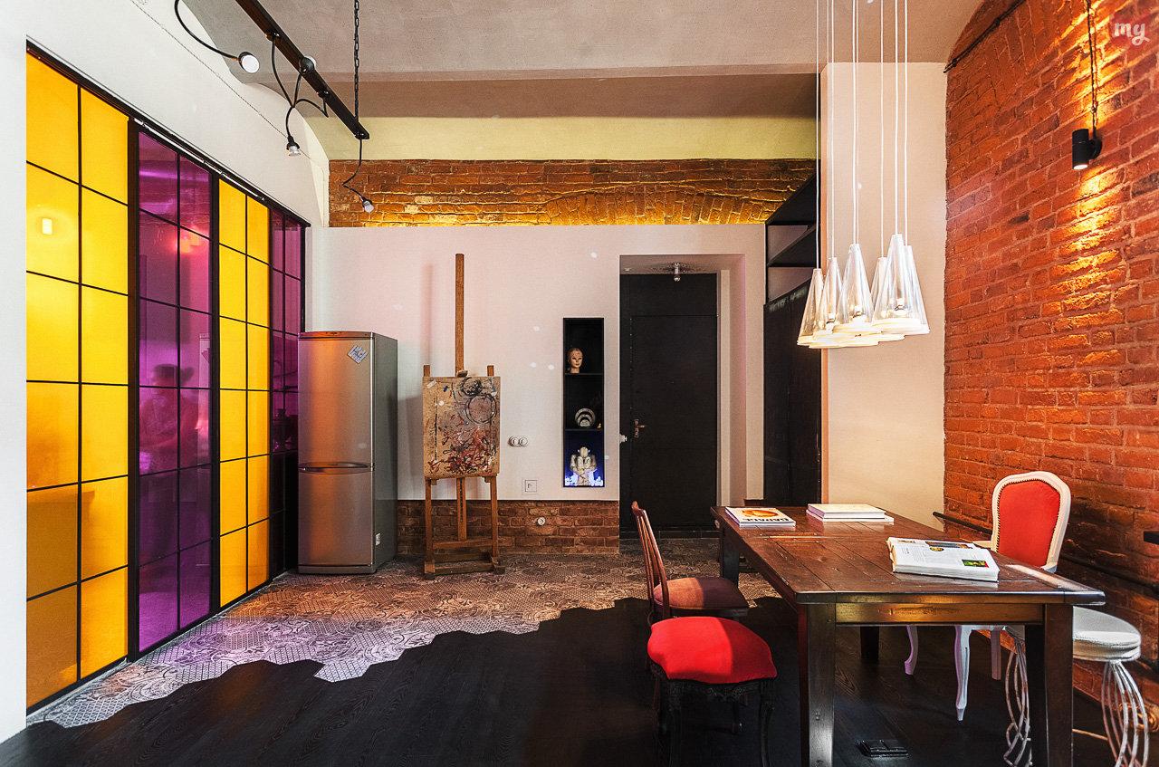 Желтая кухня в сочетании с фиолетовым цветом
