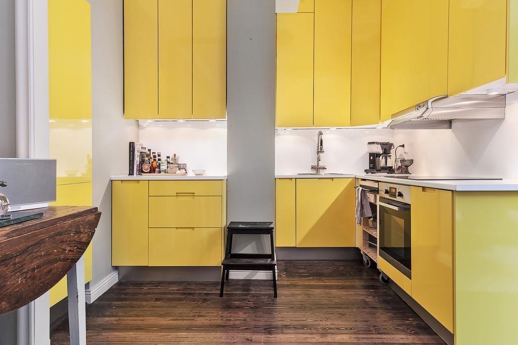 Желтая кухня с каменным полом
