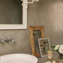 Фотография: Ванная в стиле Кантри, Лофт, Декор интерьера, Дизайн интерьера, Цвет в интерьере, Балки, Розовый, Фуксия – фото на InMyRoom.ru