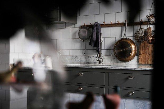 Фотография: Кухня и столовая в стиле Скандинавский, Классический, Современный, Эклектика, Декор интерьера, Квартира, Швеция, Белый, Черный, Стокгольм, как оформить эклектичный интерьер, 3 комнаты, 60-90 метров – фото на InMyRoom.ru