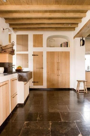 Фотография: Кухня и столовая в стиле Прованс и Кантри, Дом, Дома и квартиры, Лестница, Диван, Балки, Пол – фото на InMyRoom.ru