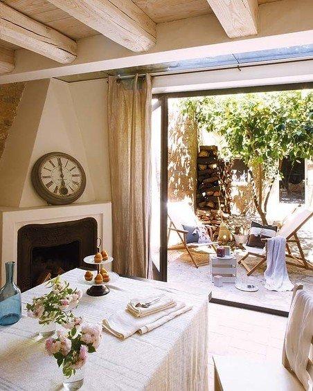 Фотография: Кухня и столовая в стиле Прованс и Кантри, Дом, Дома и квартиры, Балки – фото на InMyRoom.ru