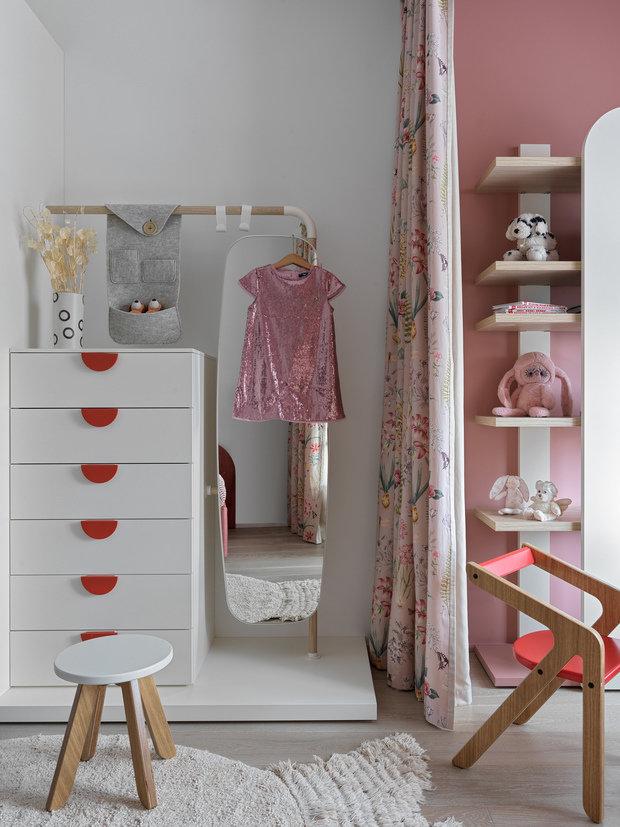 Система хранения сделана на вырост: здесь есть шкаф, комод и зеркало, которое поворачивается в разные стороны.