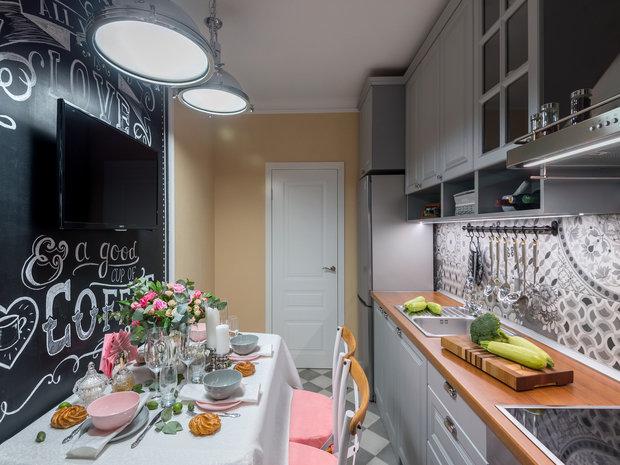 На кухне ярким акцентом стала стена, выкрашенная краской для меловых досок. Она задает настроение интерьеру и активно используется хозяйкой по назначению.
