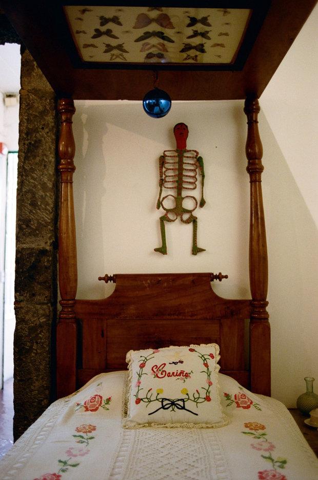 Фотография: Спальня в стиле Прованс и Кантри, Эклектика, Декор интерьера, Дом, Голубой, Мексика, Дом и дача, Мехико, Фрида Кало – фото на INMYROOM