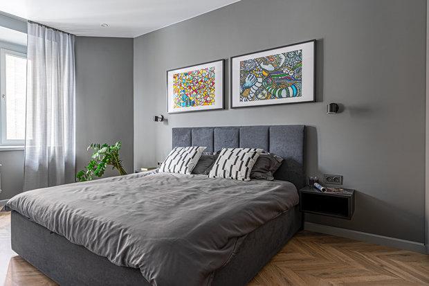 Яркие плакаты, оформленные в рамы, в спальне и прихожей были куплены в музее современного искусства в Стамбуле.