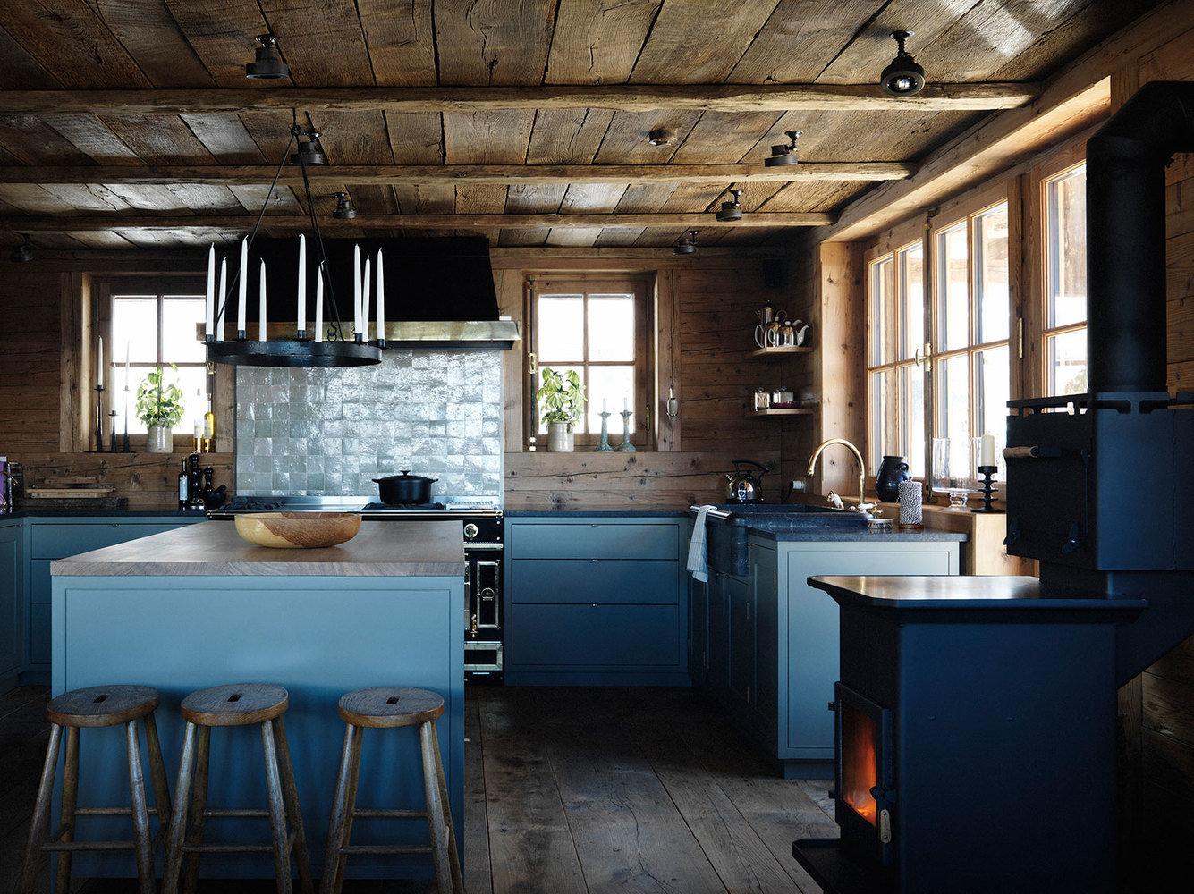 Голубая кухня в деревенском стиле