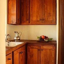 Фотография: Кухня и столовая в стиле Кантри, Дом, Цвет в интерьере, Дома и квартиры, Белый, Камин, Стены, Калифорния – фото на InMyRoom.ru