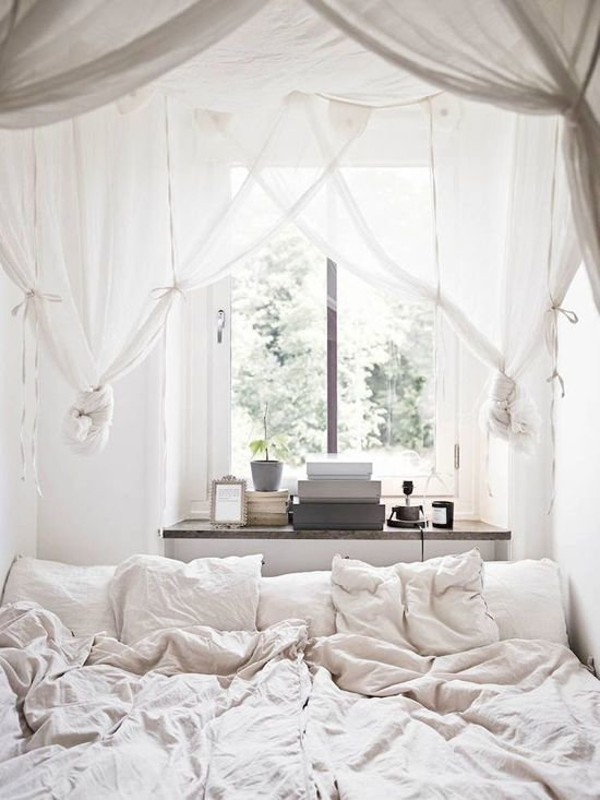 Фотография: Спальня в стиле Скандинавский, Декор интерьера, Квартира, Декор, Советы, Подоконник, Окно – фото на InMyRoom.ru