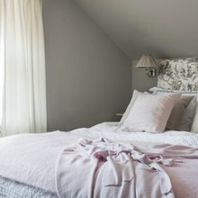 Фотография: Спальня в стиле Кантри, Классический, Скандинавский, Декор интерьера, Квартира, Черный, Бежевый, Серый, Розовый, бледно-розовый цвет в интерьере, модная палитра в интерьере – фото на InMyRoom.ru