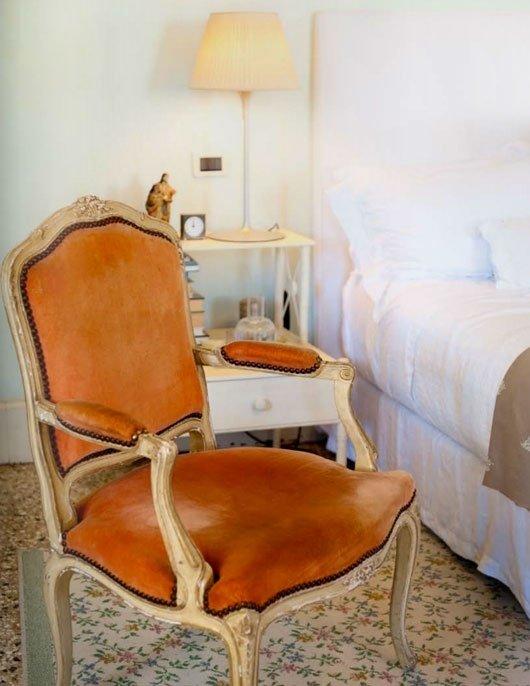 Фотография: Спальня в стиле Прованс и Кантри, Классический, Современный, Декор интерьера, Дизайн интерьера, Цвет в интерьере, Оранжевый – фото на InMyRoom.ru