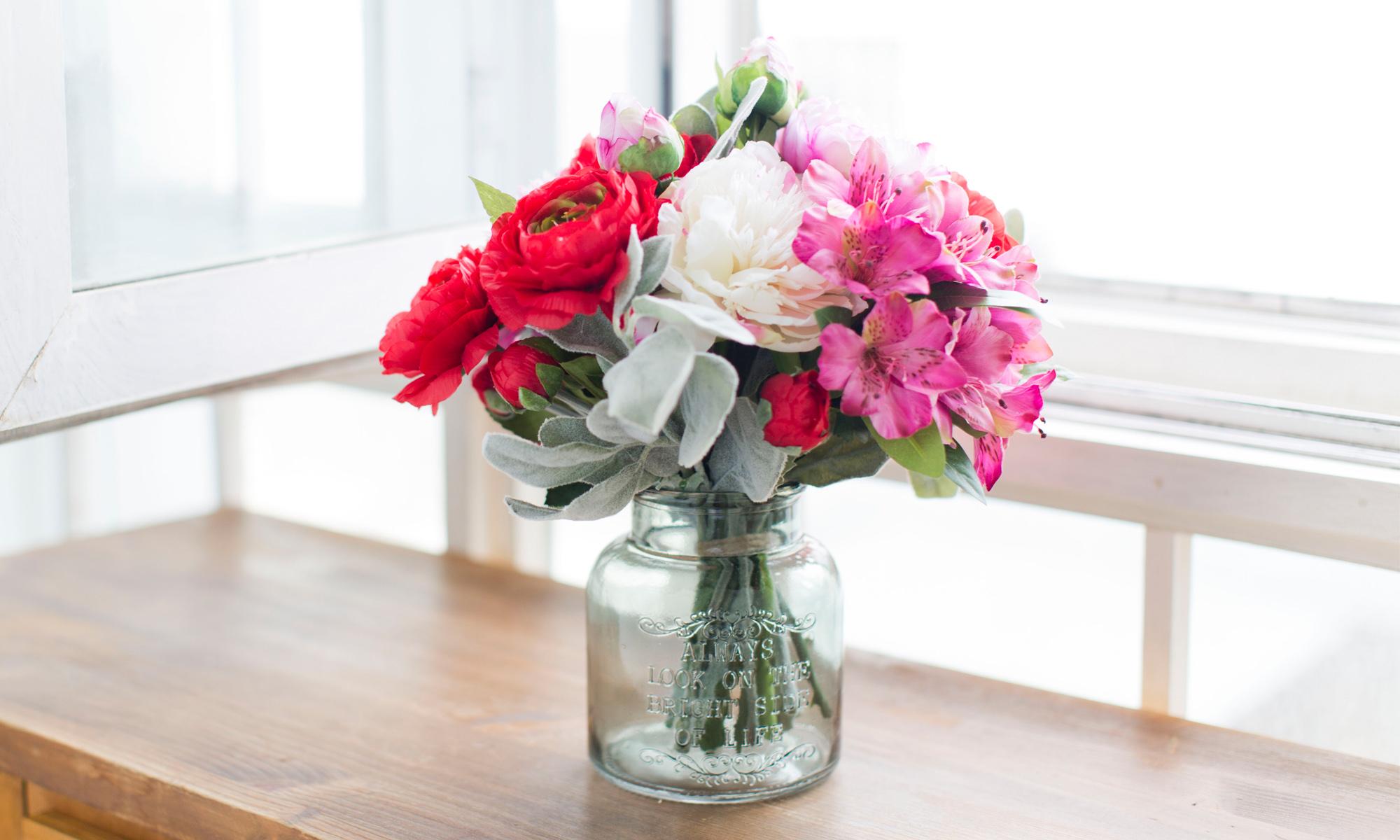 Купить Композиция из искусственных цветов - алые ранункулюсы, пионы, садовые розы, inmyroom, Россия