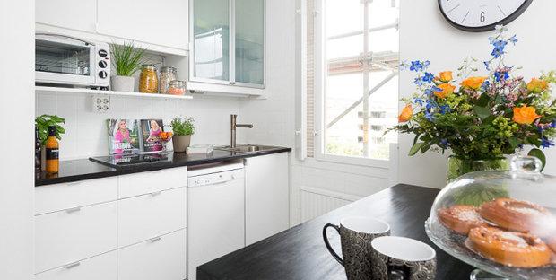 Фотография: Кухня и столовая в стиле Скандинавский, Современный, Малогабаритная квартира, Квартира, Мебель и свет, Белый, Черный – фото на InMyRoom.ru