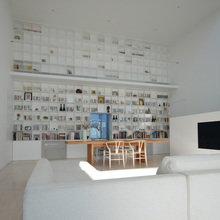 Фотография: Гостиная в стиле Минимализм, Дом, Дома и квартиры, Япония – фото на InMyRoom.ru