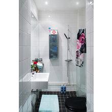 Фотография: Ванная в стиле Современный, Малогабаритная квартира, Квартира, Дома и квартиры, Гардероб, Принт, Библиотека, Окна – фото на InMyRoom.ru