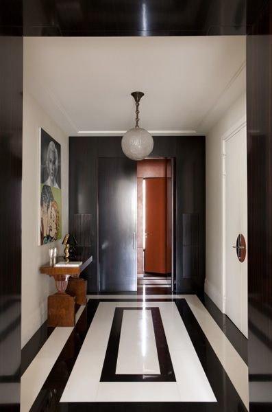 Фотография: Прихожая в стиле Эклектика, Декор интерьера, Дизайн интерьера, Цвет в интерьере, Черный – фото на InMyRoom.ru