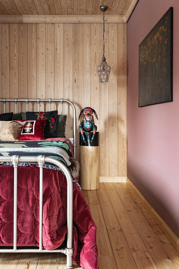 В этой комнате нашли свое место и картины хозяйки дома.