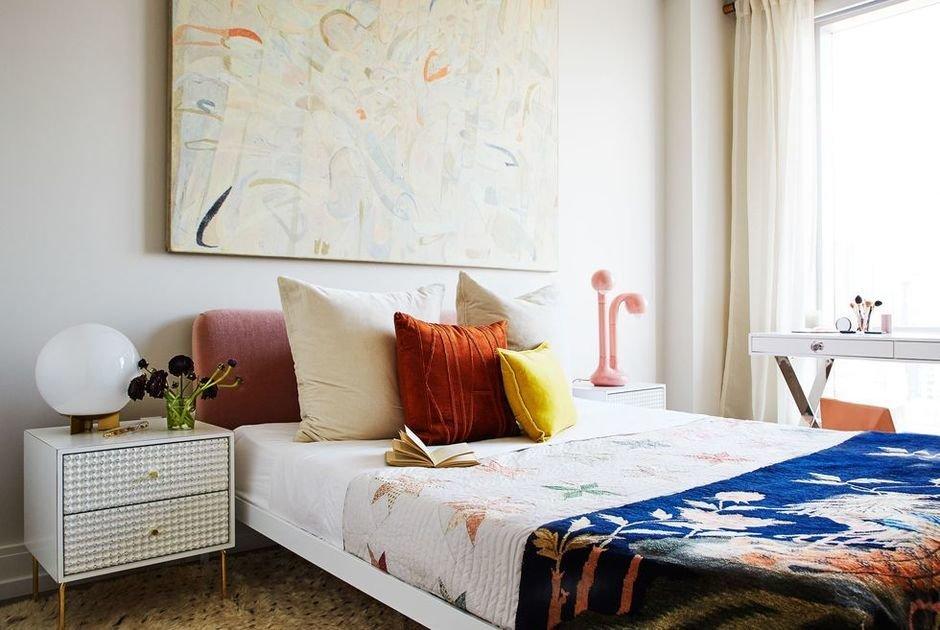 Фотография: Спальня в стиле Современный, Декор интерьера, Малогабаритная квартира, Квартира, Нью-Йорк, Гид – фото на InMyRoom.ru