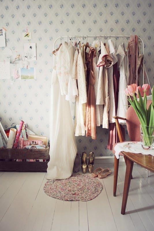 Фотография:  в стиле Прованс и Кантри, Современный, Гардеробная, Малогабаритная квартира, Хранение, Интерьер комнат, Гардероб – фото на InMyRoom.ru
