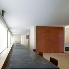 Центральный элемент квартиры – бронзовый остров длиной 13 м