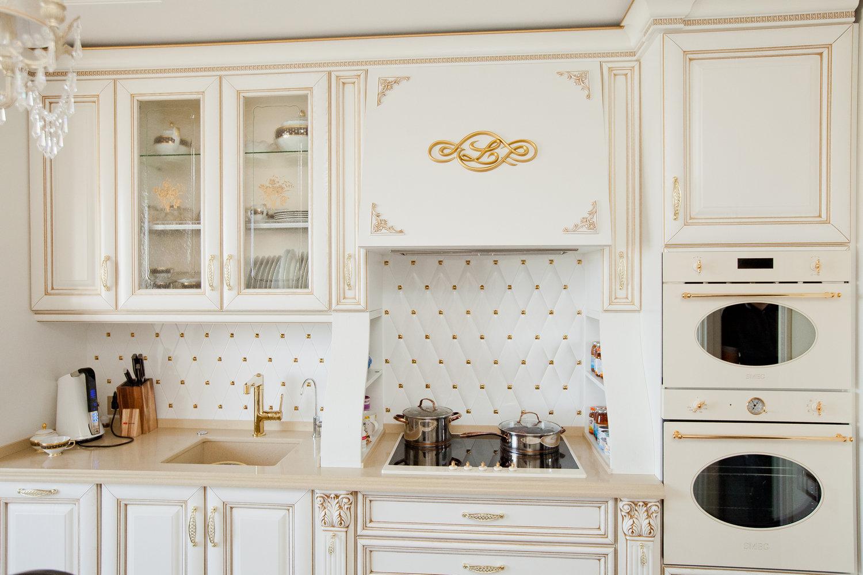 золото в интерьере кухни