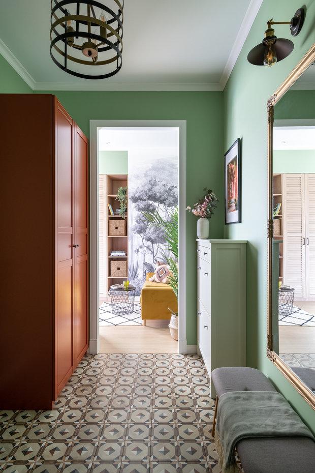 В зоне прихожей плитка с рисунком на полу, стены покрашены краской. Шкаф ПАКС ИКЕА перекрасили в нужный оттенок.