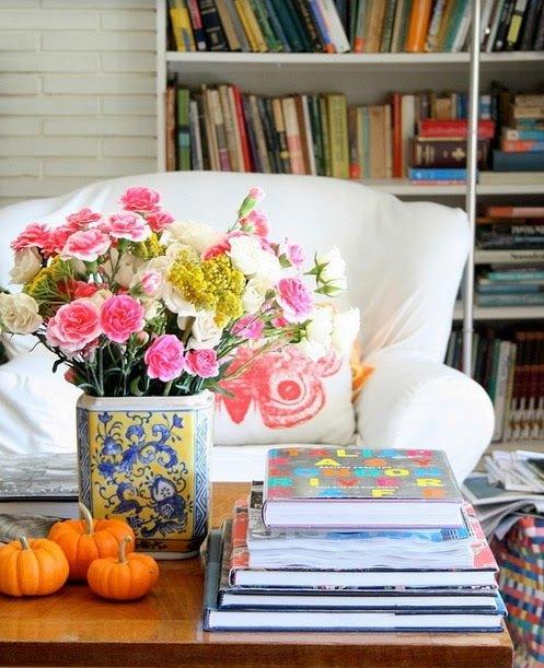 Фотография: Гостиная в стиле Прованс и Кантри, Декор интерьера, Аксессуары, Декор, Декор дома, Цветы, Журнальный столик – фото на InMyRoom.ru