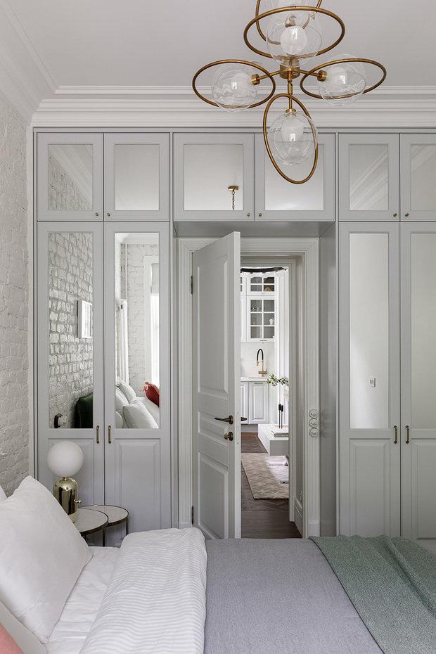 На фасадах в верхних и центральных частях шкафов использовали зеркала — это помогло визуально увеличить объем помещения.