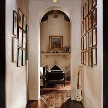 Фотография: Прихожая в стиле Кантри, Дом, Терраса, Цвет в интерьере, Дома и квартиры, Бассейн, Камин, Стены, Балки – фото на InMyRoom.ru